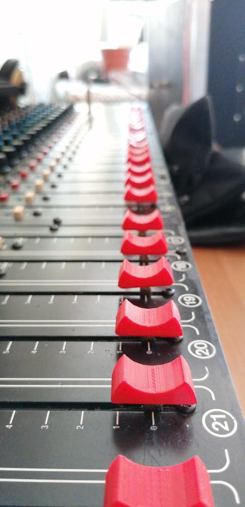 Faders mesa mezclas Studiomaster Session Mix 16-2 - Fabricando3D - 001